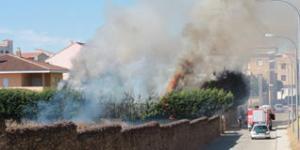 Vista de las llamas que quemaron los setos de un chalé habitado. TEL