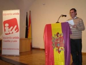 Un miembro de IU Béjar durante una acto público el año pasado en la ciudad textil.